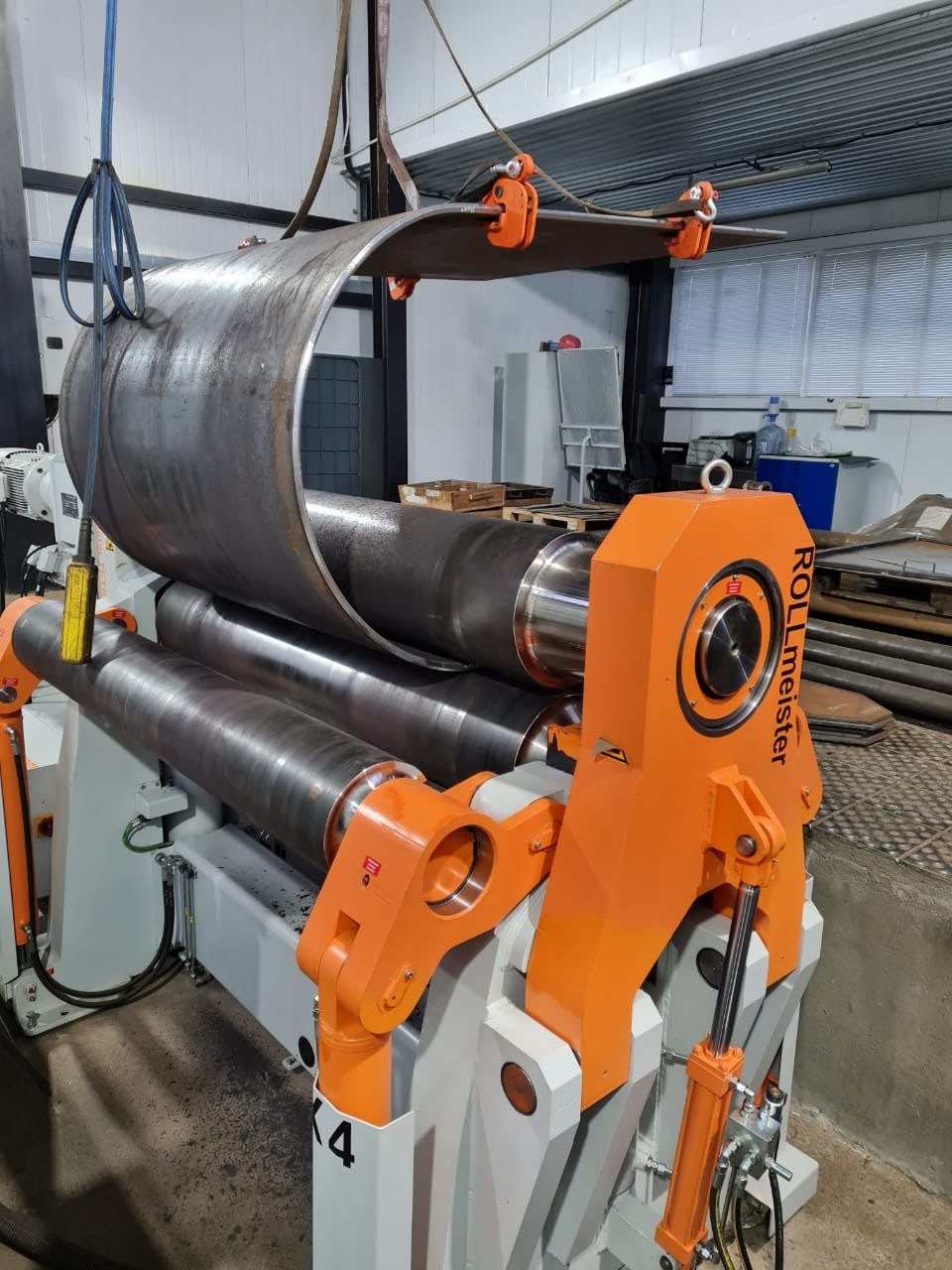 Процесс вальцовки алюминиевого листа на станке
